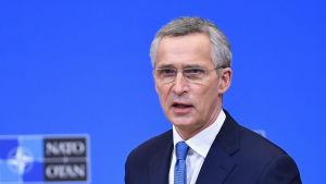Natos generalsekreterare Jens Stoltenberg säger att de utländska styrkorna i Afghanistan inte kan dras bort som avtalat eftersom talibanerna inte har uppfyll villkoren i avtalet med USA.