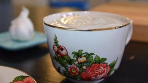 Vitylöksmajonnäs i blommig kaffekopp.