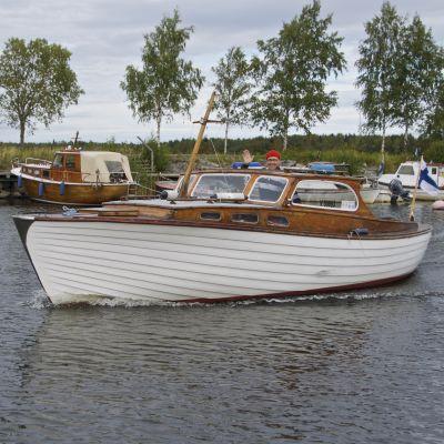 Erkki Laakso och hans träbåt från början av 1960-talet