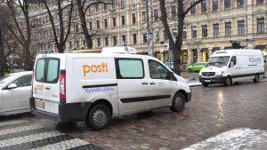 Postbil i staden