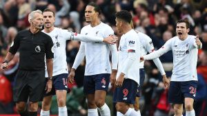 Liverpool-spelare protesterar mot domslut.