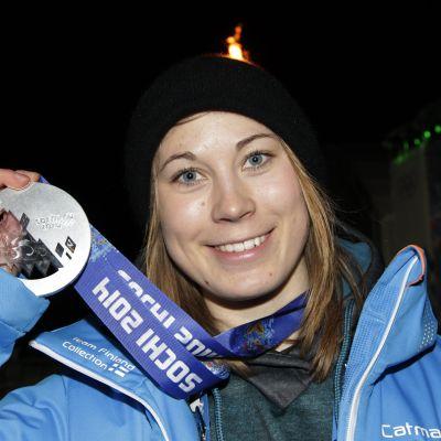 Enni Rukajärvi poserar med sin silvermedalj från OS i Sotji 2014