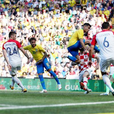 Neymar gör mål för Brasilien i träningsmatch mot Kroatien.