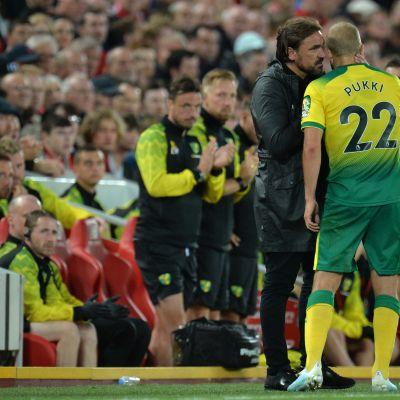 Norwich-valmentaja Daniel Farke juttelee Teemu Pukin kanssa.