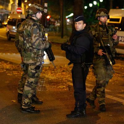 Polis i Paris den 15 november 2015.