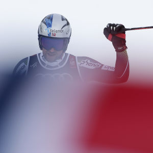 Aksel Lund Svindal vinkar åt publiken fast han var besviken efter sitt åk i supe-G i VM i Åre 2019.