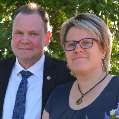 En man och en kvinna poserar för fotografen.