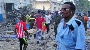 Män bar på en bår efter att attacken inletts med två bilbomber på lördagen 28.10.2017.