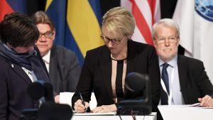 Sveriges utrikesminister Margot Wallström skriver under ett uttalande.