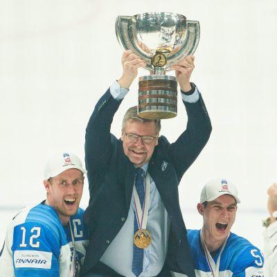 Jukka Jalonen jublar med VM-bucklan i händerna.