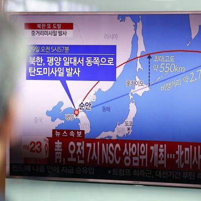 Sydkoreansk tv visade i natt hur den förmodade medeldistansmissilen flög över Japan