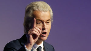 Geert Wilders talar och håller upp ett pekfinger i luften.