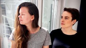 Bild på två kvinnor som kollar ut ur bild.