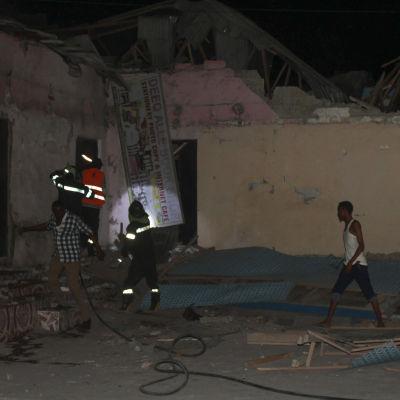 Folk letar efter överlevande efter terrorattack i Mogadishu, Somalia.