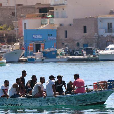 Migranter i en liten båt som anlände till Lampedusa på onsdagen. Lampedusa är en av de Pelagiska öarna. Den italienska ögruppen ligger mellan Tunisien och Sicilien.