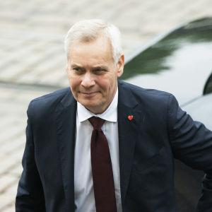 Antti Rinne saapuu hallitusneuvotteluihin.