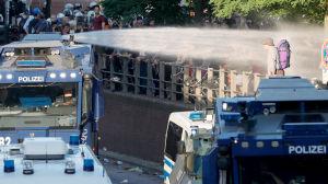 Polisen i Hamburg tar till vattenkanoner mot demonstranter.