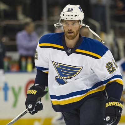 Vitklädde hockeyspelaren Martin Havlat med uppknäppt hjälm.