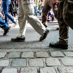 Personer som går på en gata.