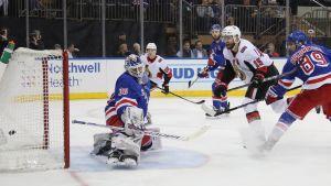 New York Rangers Henrik Lundqvist fick ge sig fyra gånger i hemmamatchen mot Ottawa.