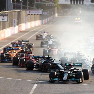 Lewis Hamilton tekee virheen Bakun katuradan ensimmäisessä mutkassa uusintalähdön jälkeen. Hamiltonin renkaat lukkiutuvat ja jarrutus menee pitkäksi.