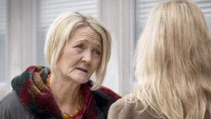 Bron, tredje säsongen. Marie-Louise (Ann Petrén) och Saga Norén (Sofia Helin).