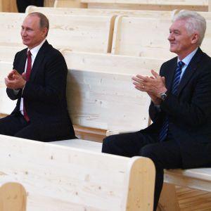 Vladimir Putin ja Gennadi Timtshenko konserttisalissa Pietarin lähellä.