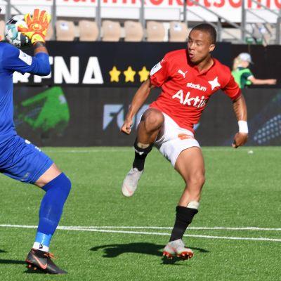 FC Lahden maalivahti Patrick Rakovsky ja HIFK:n Erikson Carlos Batista dos Santos eli Tiquinho