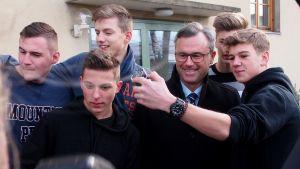Oikeistopopulistisen FPÖ:n presidenttiehdokas päätyy teinien selfiekuviin.