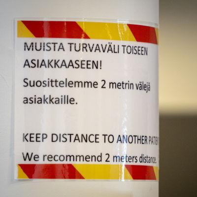 Opastekyltti Malmin korona-asemalla.
