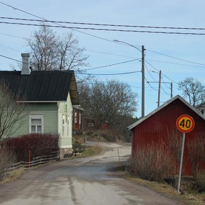 Bild av en by på landsbygden.