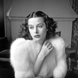 Elokuvatähti Hedy Lamarr glamourkuvassa noin vuonna 1938. Kuva dokumenttielokuvasta Seksipommi.