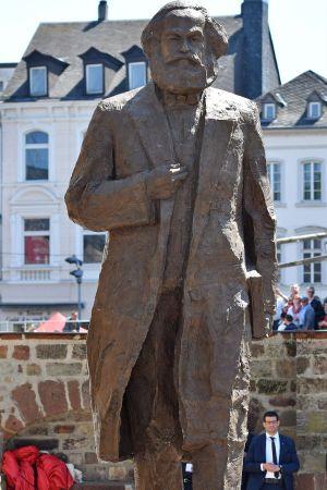 Karl Marx -  en fem och en halv meter hög bronsstaty, som staden Trier fått i gåva från Kina.  Det är artisten Wu Weishan som skapat statyn.