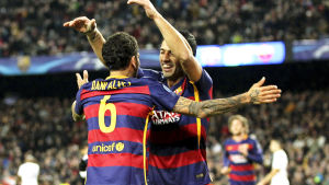 Dani Alves och Luis Suarez firar på Camp Nou.