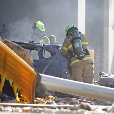 Brandmän vid olycksplatsen efter kraschen i Essendon, Melbourne 21.2.2017