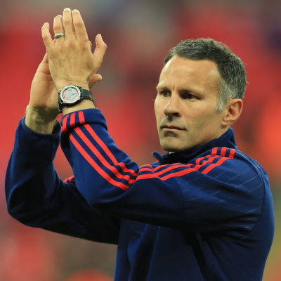 Ryan Giggs applåderar.