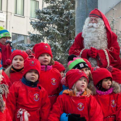 Joulupukki ja lapsia tonttuparaatissa Rovaniemellä