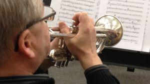Trumpetisten i Borgå Big Band övar