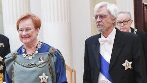 Tarja Halonen i folkdräkt på presidentbalen 2017.
