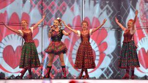Polens Cleo dansar på Eurovisionsscenen.