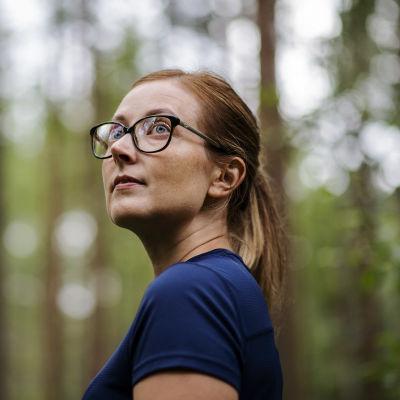 Väitäskirjatutkija Laura Sares-Jäske kuvattiin metsässä elokuussa 2020.