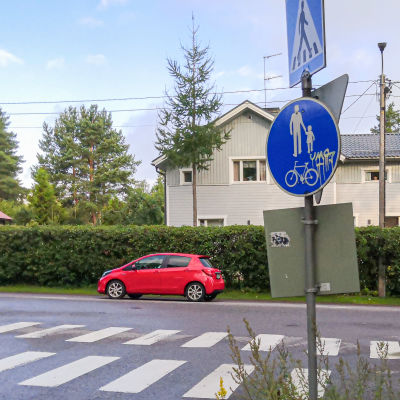 Trafikmärket är svängt så att varningstriangeln är åt fel håll