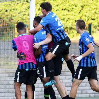FC Inter-spelare firar straffseger.