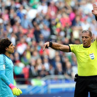 Nestor Pitana kuunteli videotuomareita Confederations Cupia.