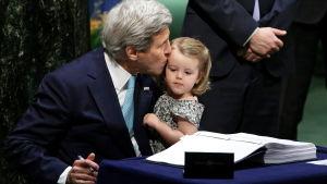USA:s utrikesminister John Kerry signerad klimatavtal i New York tillsammans med sitt barnbarn.