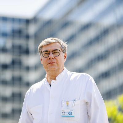 Kuvassa on ylilääkäri Asko Järvinen, joka kuvattiin Meilahden sairaala-alueella heinäkuussa 2020.