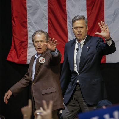 Yhdysvaltain entinen presidentti George W. Bush (vas.) osallistui veljensä Jeb Bushin kampanjatilaisuuteen North Charlestonin kaupungissa Etelä-Carolinassa maanantaina.
