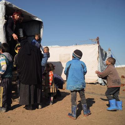 Matudelning från en lastbil i al-Hol.