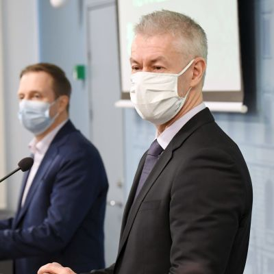 Taneli Puumalainen på presskonferensen.