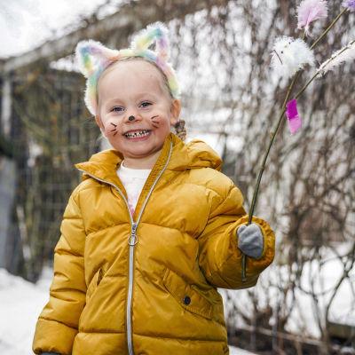 Lilja Nurmio virpomassa isoisälleen Tarmo Nurmiolle.